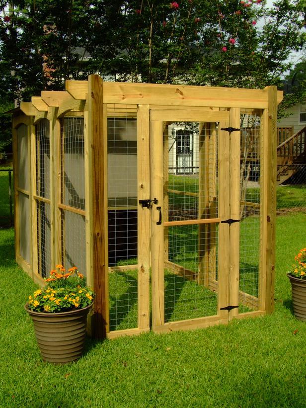 Diy dog run doghouse petdiyscom for Dog house and run